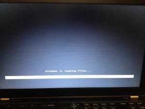 WindowsOSインストールが自動的に始まるwindowsisloadingfiles