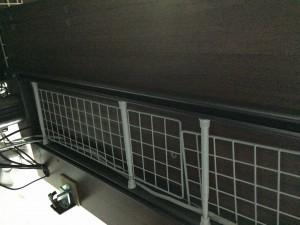 Garage fantoni GT-167Hデスク下の配線はダイソーのワイヤーネットと突っ張り棒でキレイになる (9)