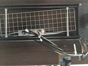 Garage fantoni GT-167Hデスク下の配線はダイソーのワイヤーネットと突っ張り棒でキレイになる (11)