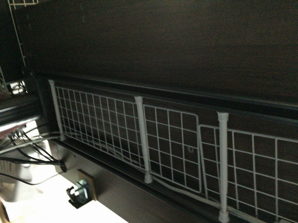 Garage fantoni GT-167Hデスク下の配線はダイソーのワイヤーネットと突っ張り棒でキレイにする方法とは