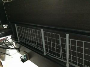 Garage fantoni GT-167Hデスク下の配線はダイソーのワイヤーネットと突っ張り棒でキレイになる (7)